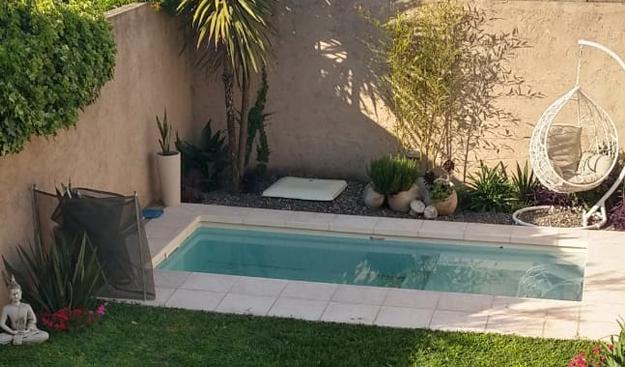 Fin del proceso de instalacion d euna piscina de fibra de vidrio
